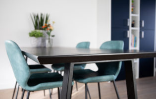 Zwarte eikenhouten tafel